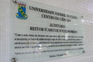 Foto da placa de inauguração do auditório do Centro de Ciências.