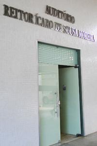 Foto da entrada do auditório do Centro de Ciências.